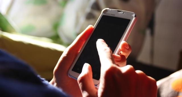 20代女性の8割が夜寝る前に「ベッドや布団の中」でスマートフォンやタブレット端末をよく利用すると回答 | スマホの生活密着度に関する調査結果